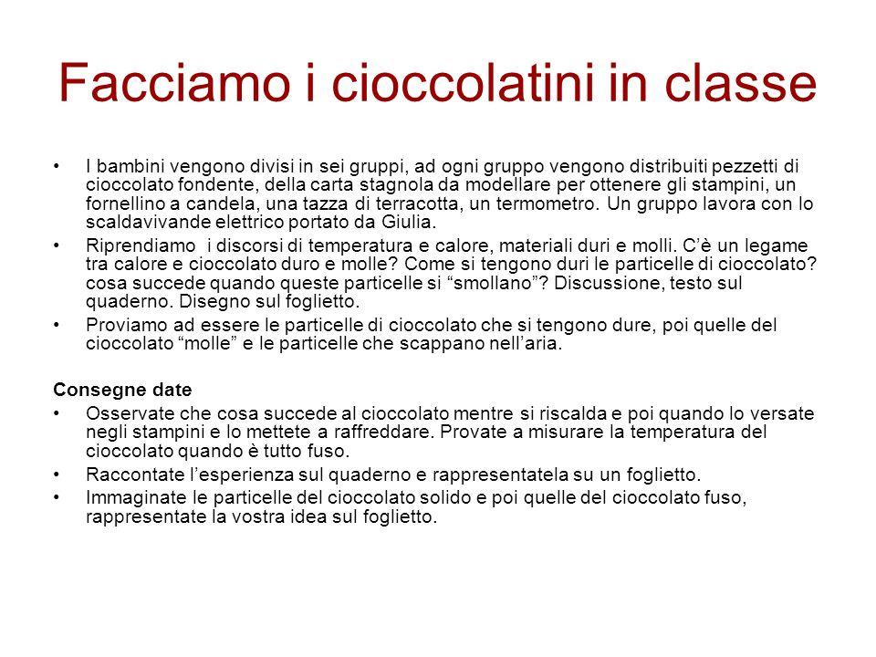 Facciamo i cioccolatini in classe I bambini vengono divisi in sei gruppi, ad ogni gruppo vengono distribuiti pezzetti di cioccolato fondente, della ca