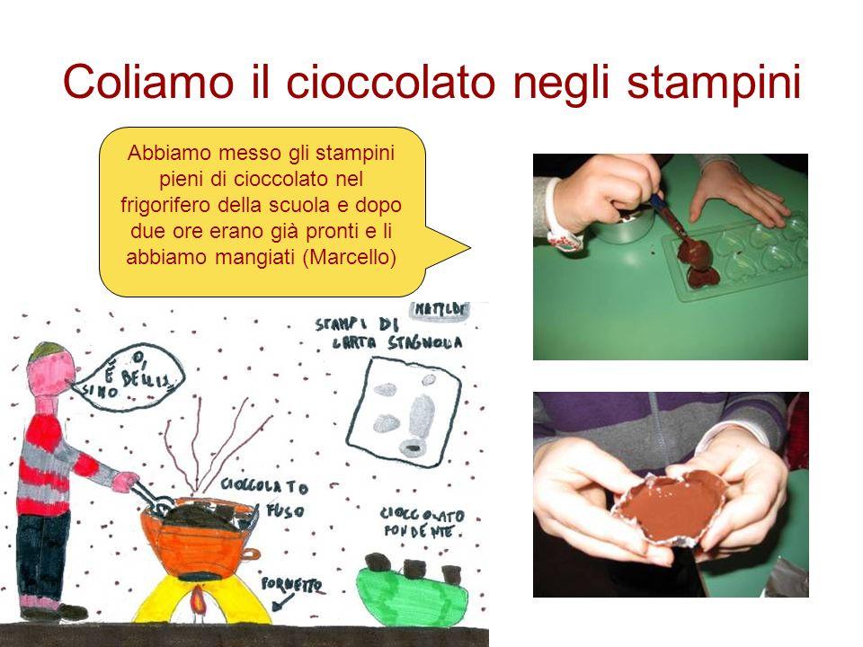 Coliamo il cioccolato negli stampini Abbiamo messo gli stampini pieni di cioccolato nel frigorifero della scuola e dopo due ore erano già pronti e li