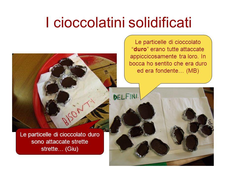 I cioccolatini solidificati Le particelle di cioccolatoduro erano tutte attaccate appiccicosamente tra loro. In bocca ho sentito che era duro ed era f
