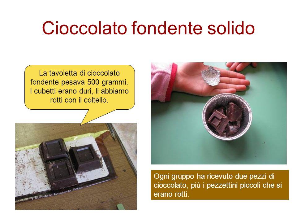 Cioccolato fondente solido La tavoletta di cioccolato fondente pesava 500 grammi. I cubetti erano duri, li abbiamo rotti con il coltello. Ogni gruppo