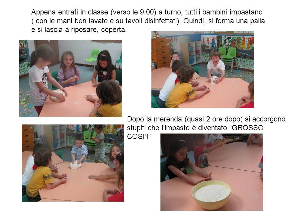 Appena entrati in classe (verso le 9.00) a turno, tutti i bambini impastano ( con le mani ben lavate e su tavoli disinfettati). Quindi, si forma una p