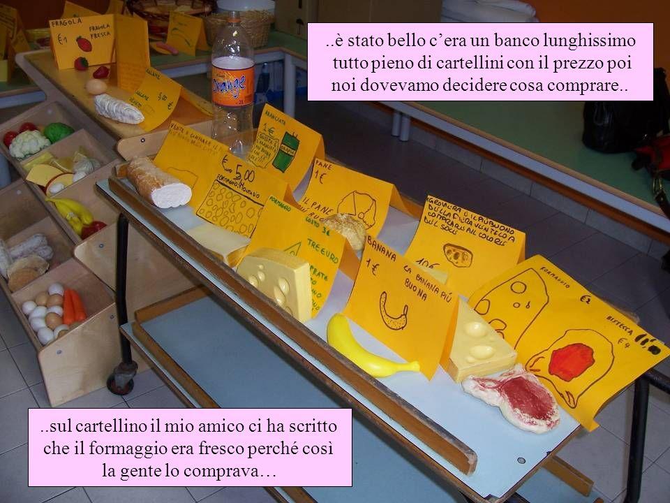 ..sul cartellino il mio amico ci ha scritto che il formaggio era fresco perché così la gente lo comprava…..è stato bello cera un banco lunghissimo tut