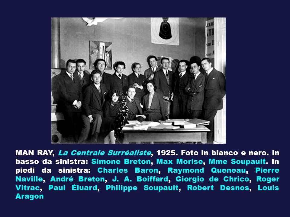 MAN RAY, La Centrale Surréaliste, 1925. Foto in bianco e nero. In basso da sinistra: Simone Breton, Max Morise, Mme Soupault. In piedi da sinistra: Ch