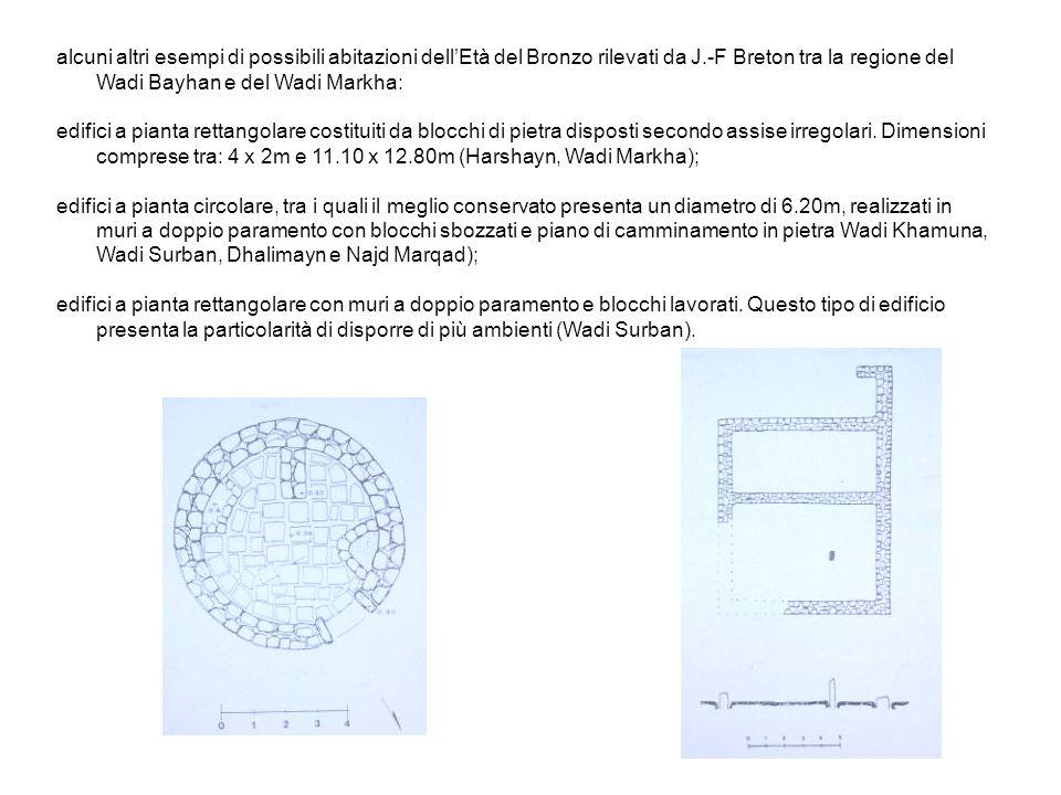 alcuni altri esempi di possibili abitazioni dellEtà del Bronzo rilevati da J.-F Breton tra la regione del Wadi Bayhan e del Wadi Markha: edifici a pianta rettangolare costituiti da blocchi di pietra disposti secondo assise irregolari.