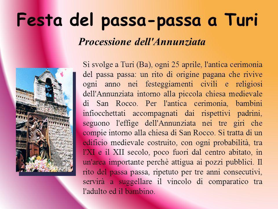 Si svolge a Turi (Ba), ogni 25 aprile, l'antica cerimonia del passa passa: un rito di origine pagana che rivive ogni anno nei festeggiamenti civili e