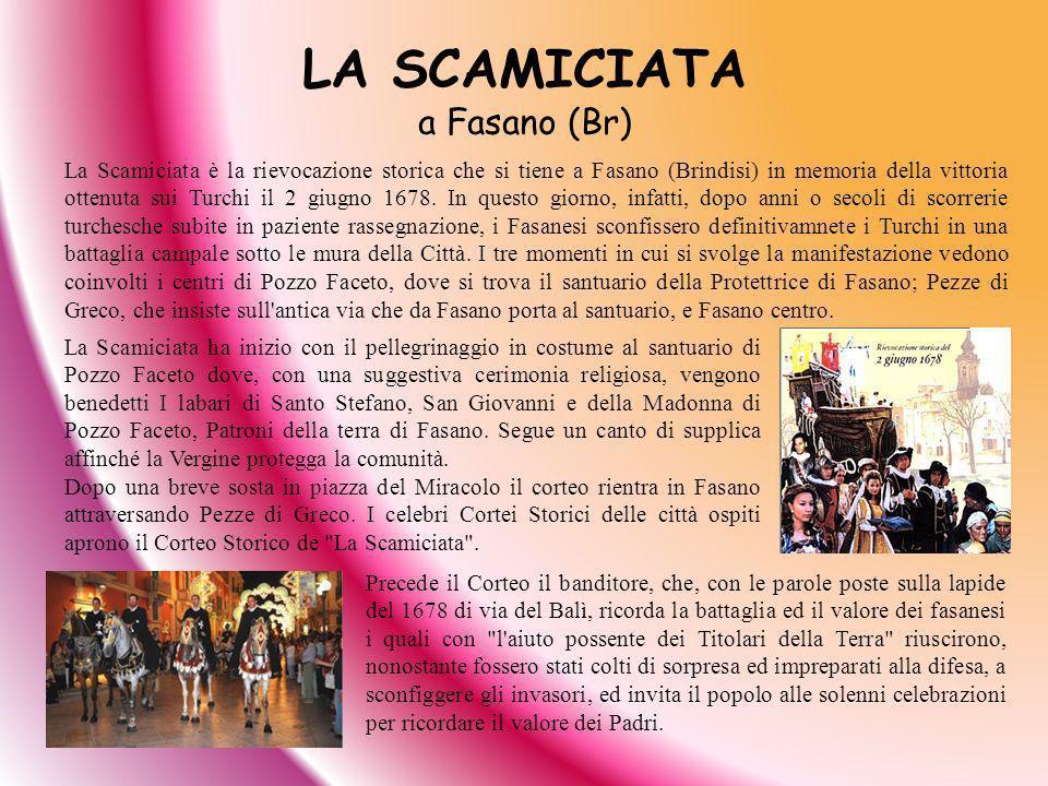 LA SCAMICIATA a Fasano (Br) Precede il Corteo il banditore, che, con le parole poste sulla lapide del 1678 di via del Balì, ricorda la battaglia ed il