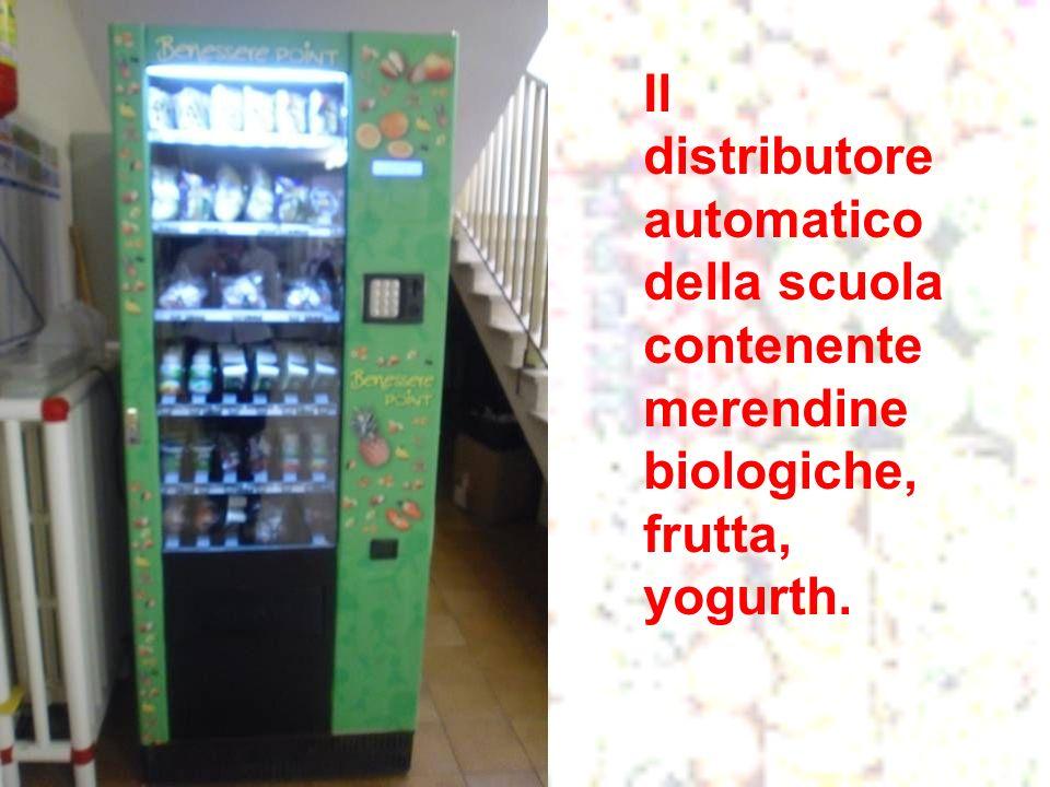 Il distributore automatico della scuola contenente merendine biologiche, frutta, yogurth.