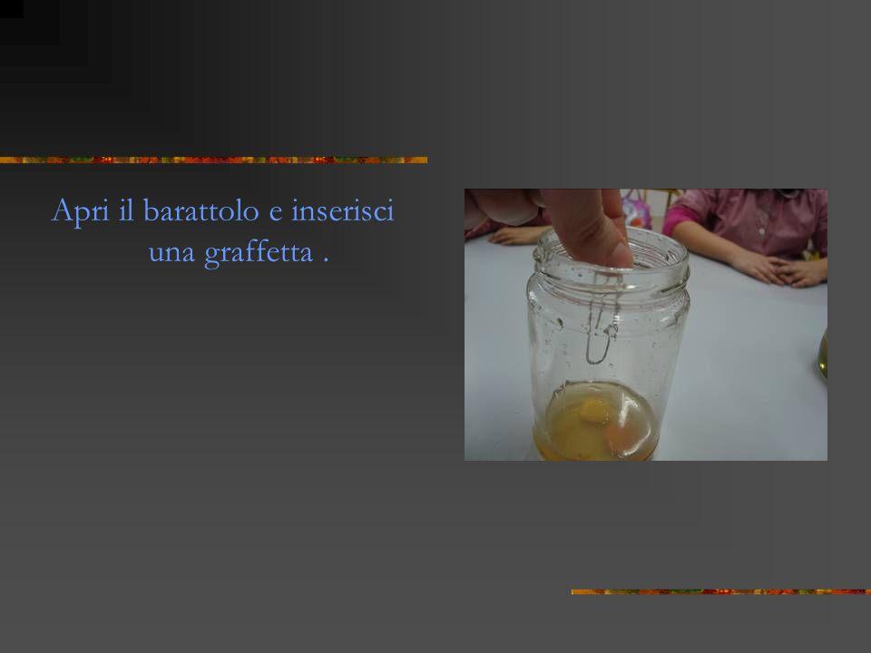 Chiudi bene il coperchio e mescola energicamente i centesimi nel barattolo. Al termine fai in modo che i centesimi si trovino al di sopra del sale.