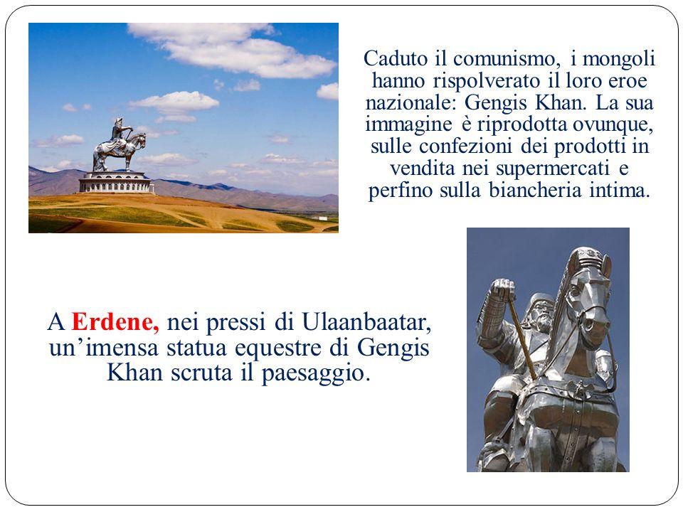 A Erdene, nei pressi di Ulaanbaatar, unimensa statua equestre di Gengis Khan scruta il paesaggio.