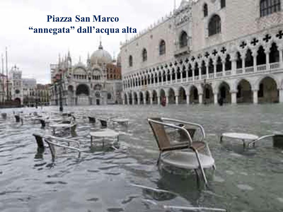 Il problema dellacqua alta a Venezia Piazza San Marco annegata dallacqua alta