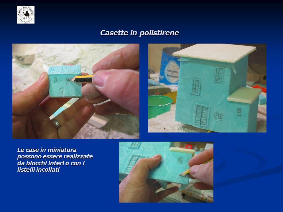 Casette in polistirene Le case in miniatura possono essere realizzate da blocchi interi o con i listelli incollati
