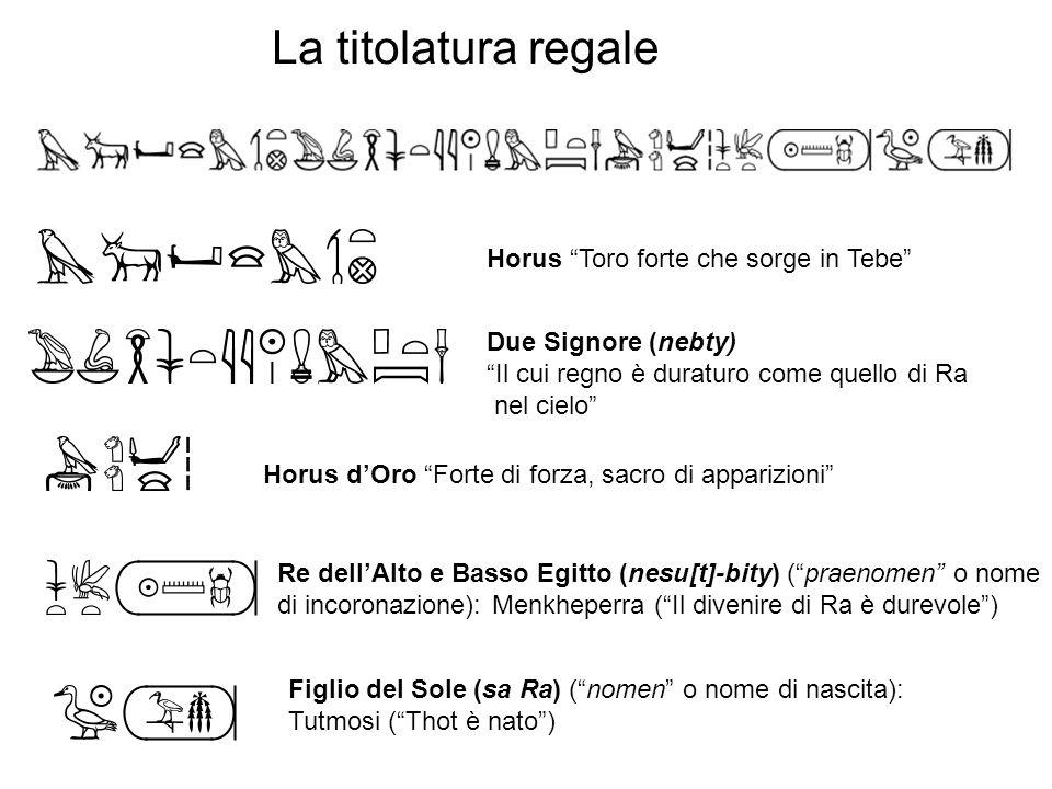 Horus Toro forte che sorge in Tebe Due Signore (nebty) Il cui regno è duraturo come quello di Ra nel cielo Horus dOro Forte di forza, sacro di apparizioni Re dellAlto e Basso Egitto (nesu[t]-bity) (praenomen o nome di incoronazione): Menkheperra (Il divenire di Ra è durevole) Figlio del Sole (sa Ra) (nomen o nome di nascita): Tutmosi (Thot è nato) La titolatura regale