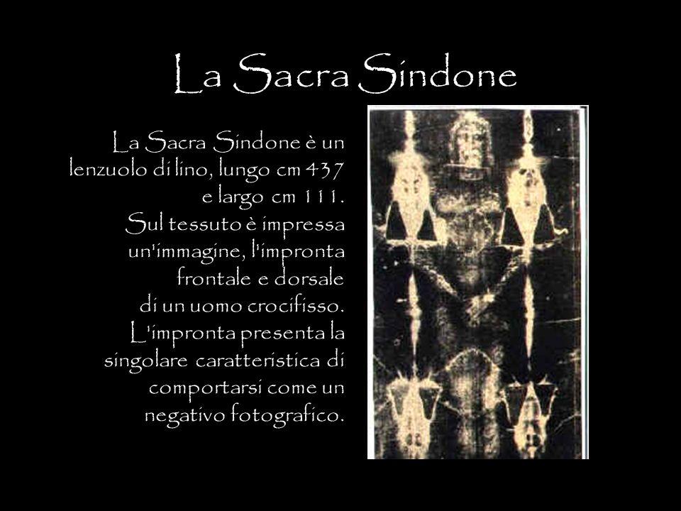 La Sacra Sindone è un lenzuolo di lino, lungo cm 437 e largo cm 111. Sul tessuto è impressa un'immagine, l'impronta frontale e dorsale di un uomo croc