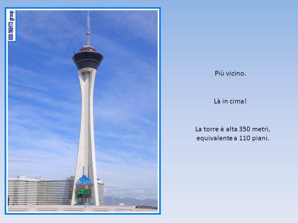 Più vicino. Là in cima! La torre è alta 350 metri, equivalente a 110 piani.