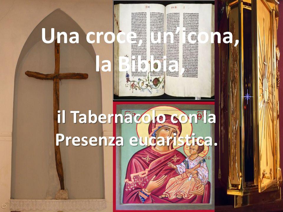 Una croce, unicona, la Bibbia, il Tabernacolo con la Presenza eucaristica.