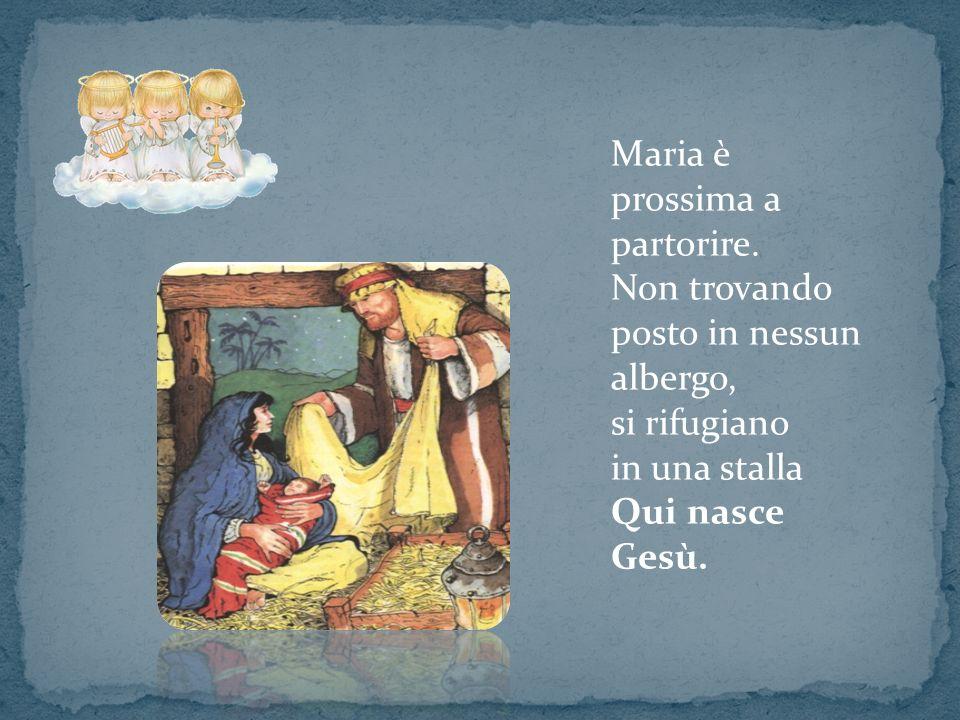 Maria è prossima a partorire. Non trovando posto in nessun albergo, si rifugiano in una stalla Qui nasce Gesù.