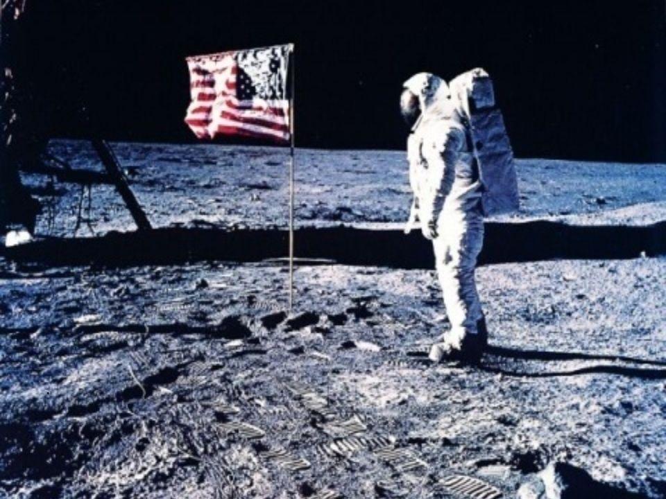 Galilei credeva che la Luna fosse distante sessanta raggi terrestri, in realtà essa non è poi così lontana per luomo. Circa nel 1969, infatti,Neil Arm