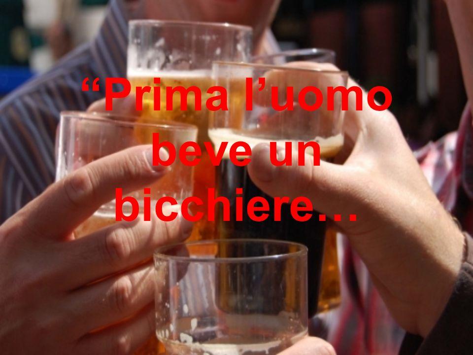 Prima luomo beve un bicchiere…