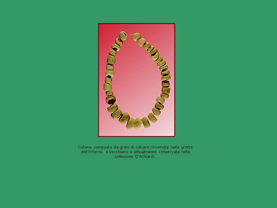 Collana composta da grani di calcare rinvenuta nella grotta dellInferno, a Vecchiano e attualmente conservata nella collezione DAchiardi.
