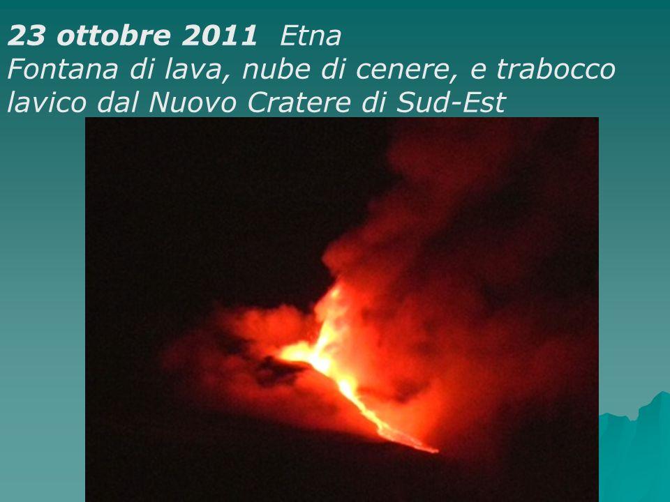 23 ottobre 2011 Etna Fontana di lava, nube di cenere, e trabocco lavico dal Nuovo Cratere di Sud-Est