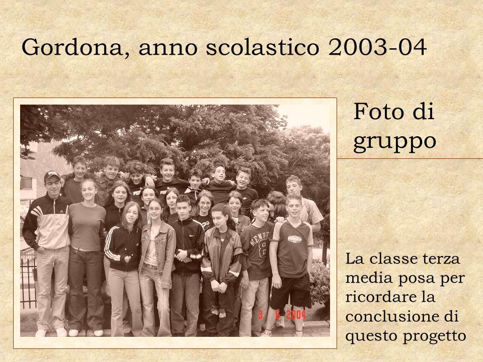 Gordona, anno scolastico 2003-04 La classe terza media posa per ricordare la conclusione di questo progetto Foto di gruppo