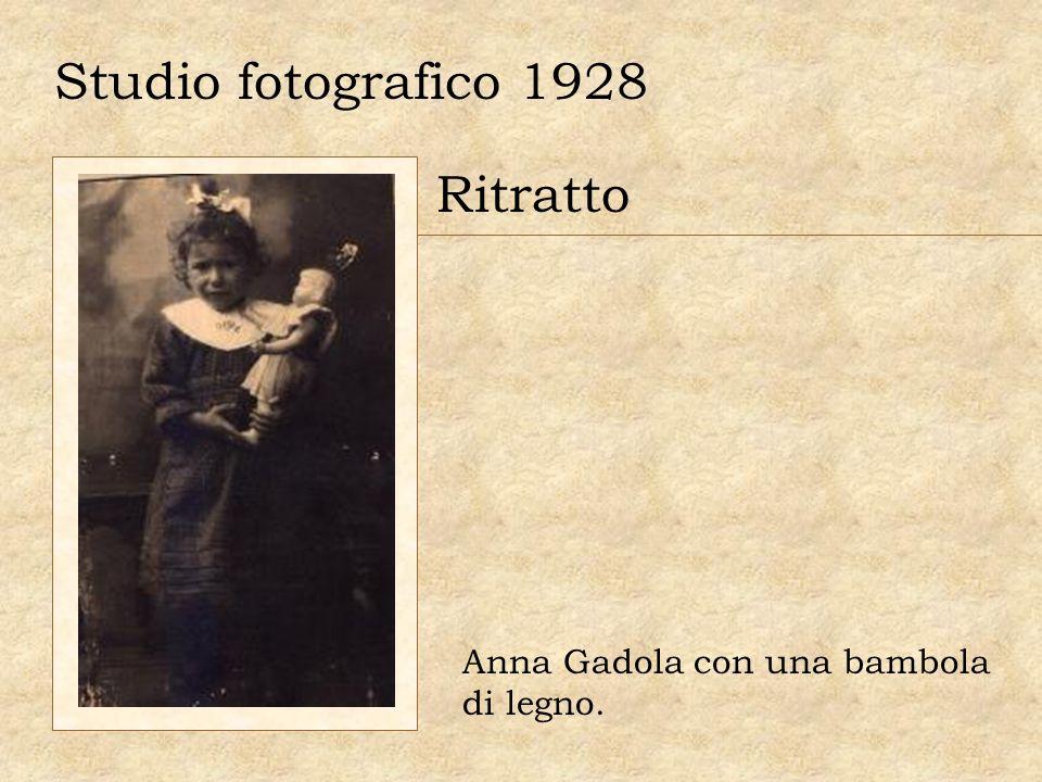 Studio fotografico 1928 Ritratto Anna Gadola con una bambola di legno.