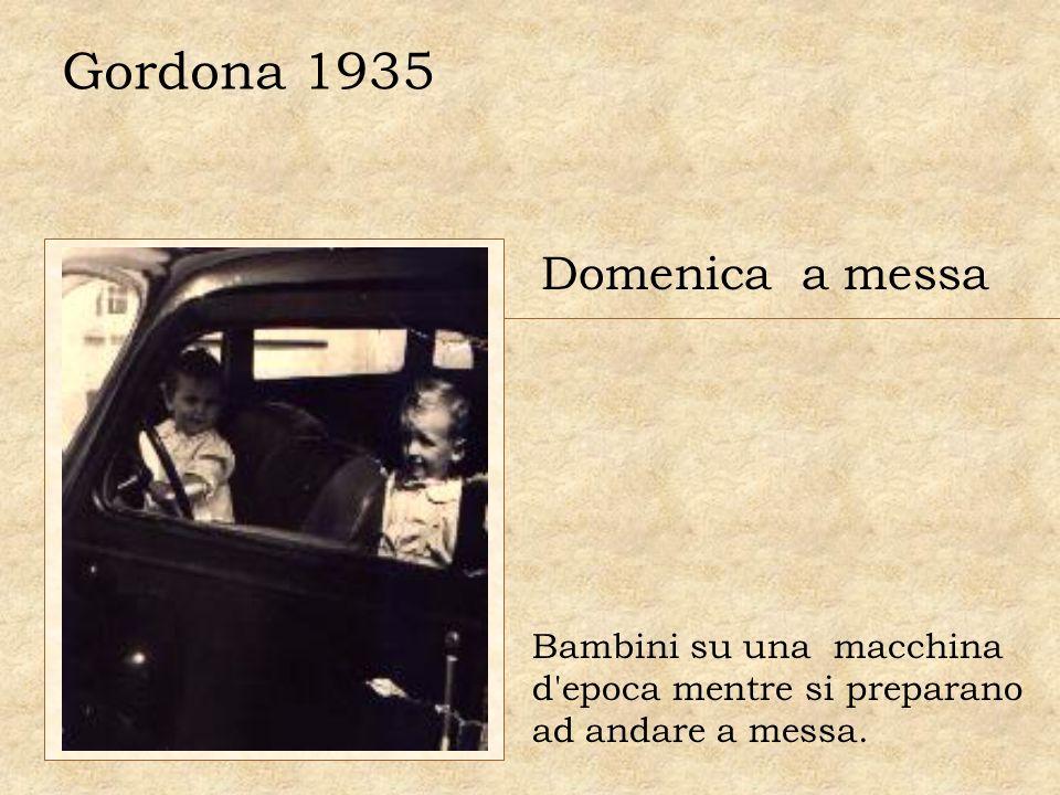 Gordona 1935 Domenica a messa Bambini su una macchina d'epoca mentre si preparano ad andare a messa.