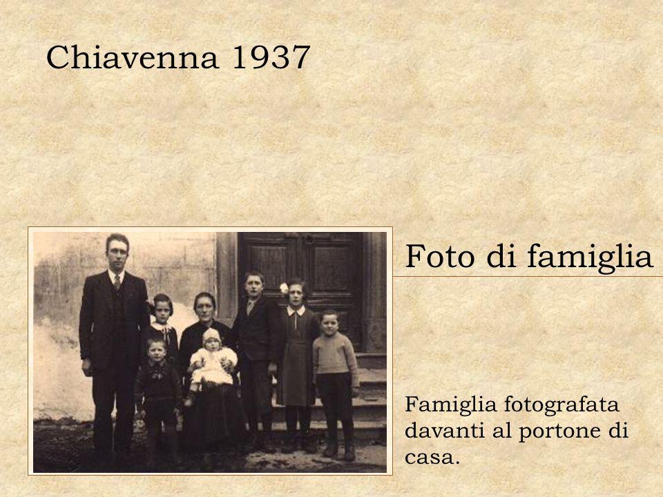 Chiavenna 1937 Foto di famiglia Famiglia fotografata davanti al portone di casa.