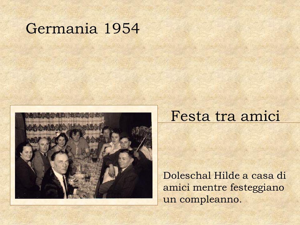 Germania 1954 Festa tra amici Doleschal Hilde a casa di amici mentre festeggiano un compleanno.