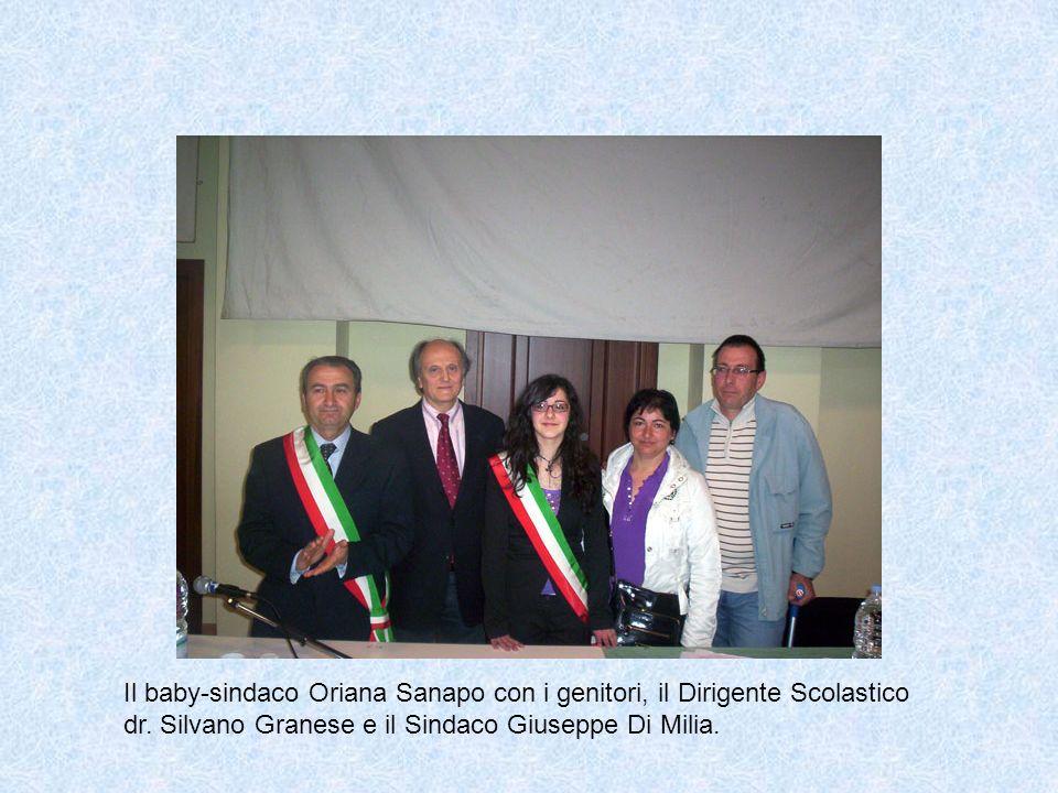 Il baby-sindaco Oriana Sanapo con i genitori, il Dirigente Scolastico dr. Silvano Granese e il Sindaco Giuseppe Di Milia.