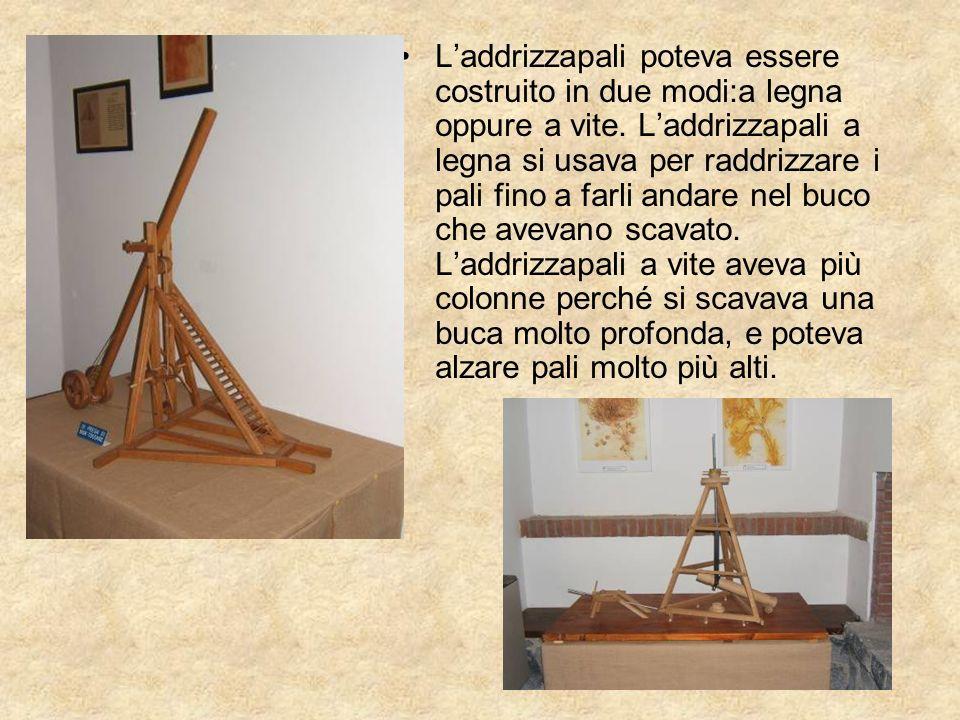 Laddrizzapali poteva essere costruito in due modi:a legna oppure a vite. Laddrizzapali a legna si usava per raddrizzare i pali fino a farli andare nel