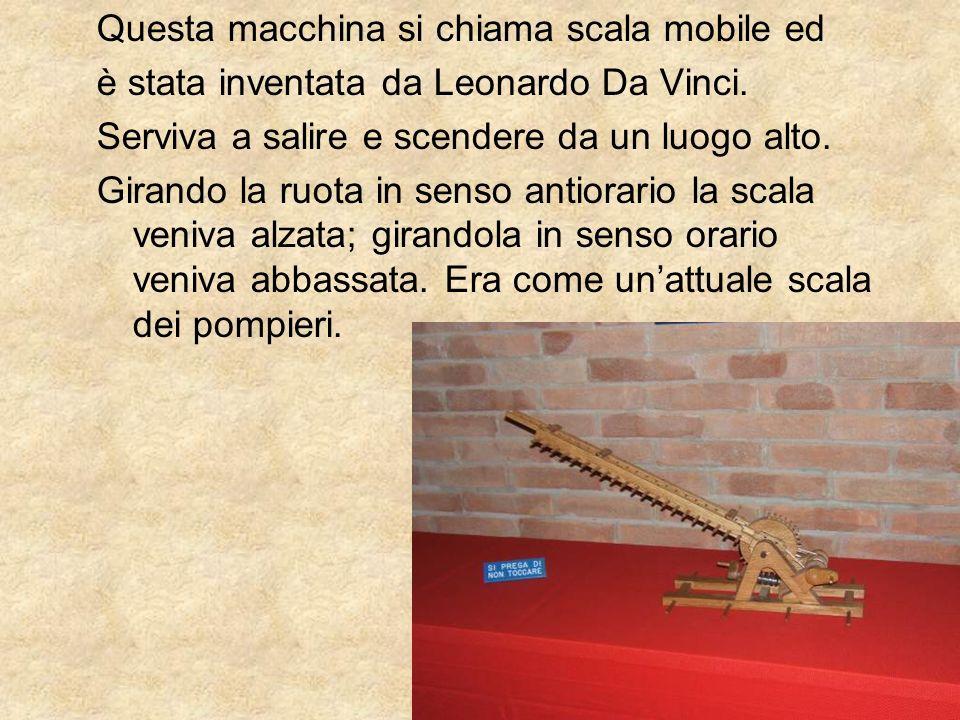 Questa macchina si chiama scala mobile ed è stata inventata da Leonardo Da Vinci. Serviva a salire e scendere da un luogo alto. Girando la ruota in se
