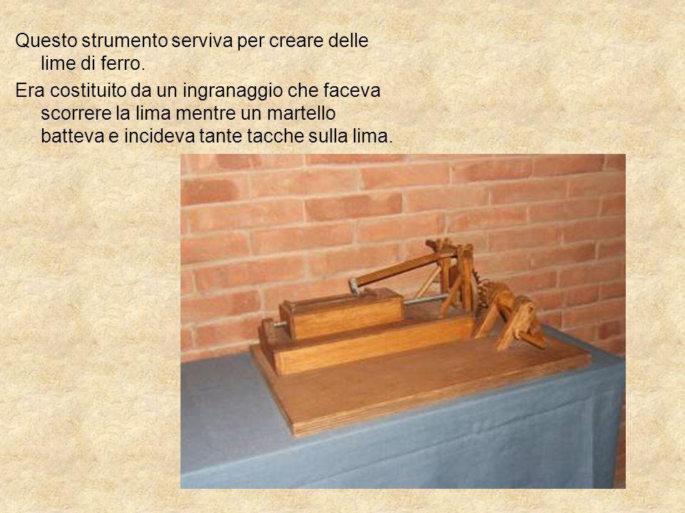 Questo strumento serviva per creare delle lime di ferro. Era costituito da un ingranaggio che faceva scorrere la lima mentre un martello batteva e inc