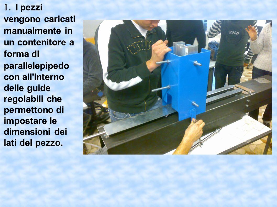 1. I pezzi vengono caricati manualmente in un contenitore a forma di parallelepipedo con all'interno delle guide regolabili che permettono di impostar