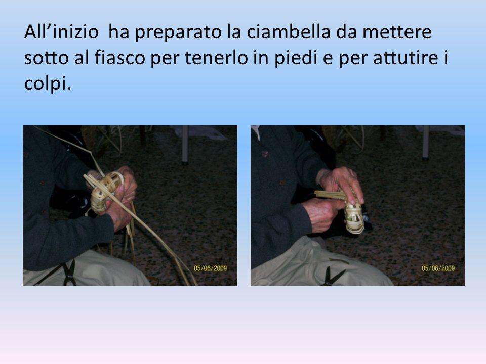 Allinizio ha preparato la ciambella da mettere sotto al fiasco per tenerlo in piedi e per attutire i colpi.