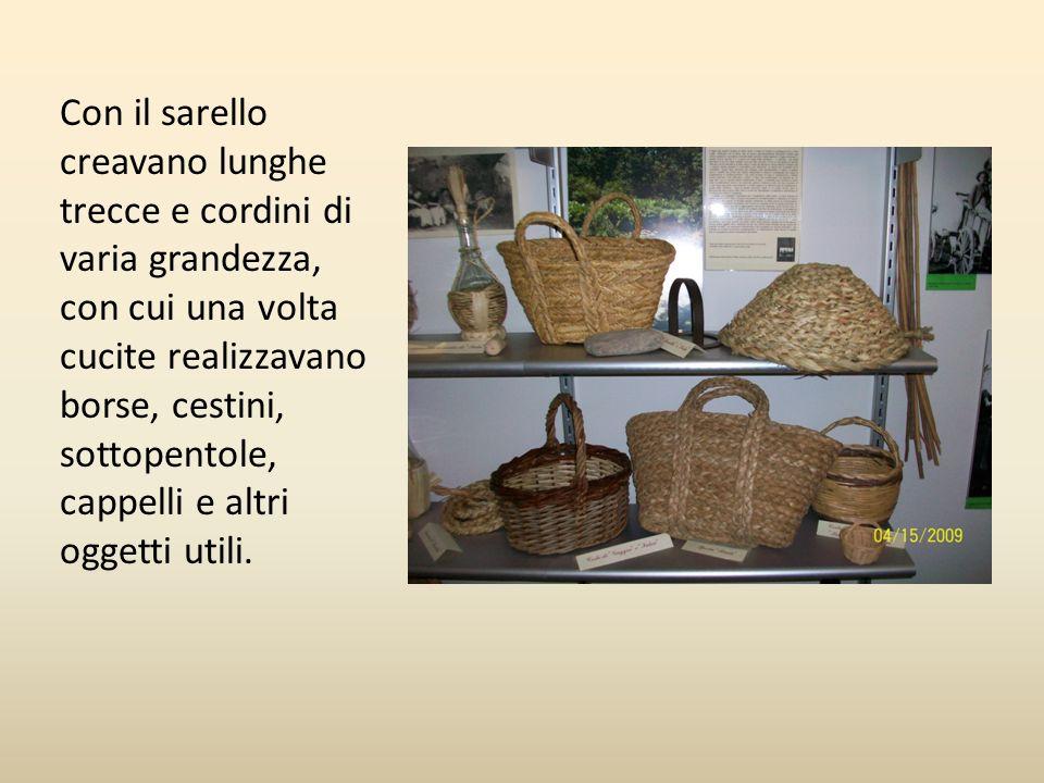 Con il sarello creavano lunghe trecce e cordini di varia grandezza, con cui una volta cucite realizzavano borse, cestini, sottopentole, cappelli e alt