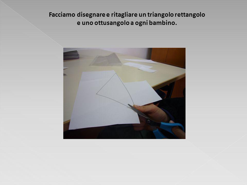 Facciamo disegnare e ritagliare un triangolo rettangolo e uno ottusangolo a ogni bambino.
