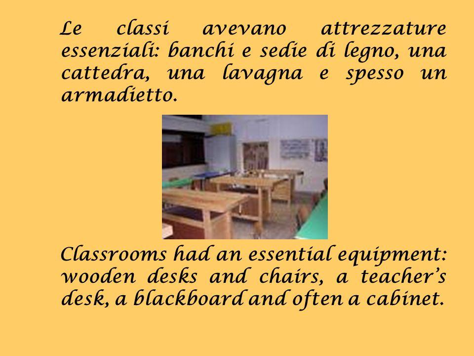Le classi avevano attrezzature essenziali: banchi e sedie di legno, una cattedra, una lavagna e spesso un armadietto.