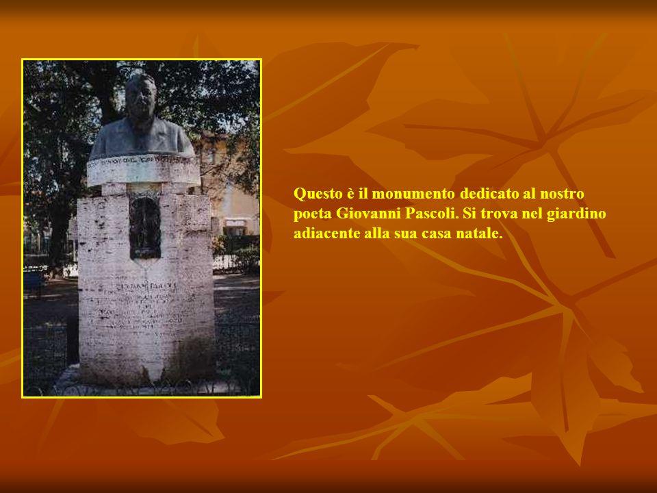 Questo è il monumento dedicato al nostro poeta Giovanni Pascoli.