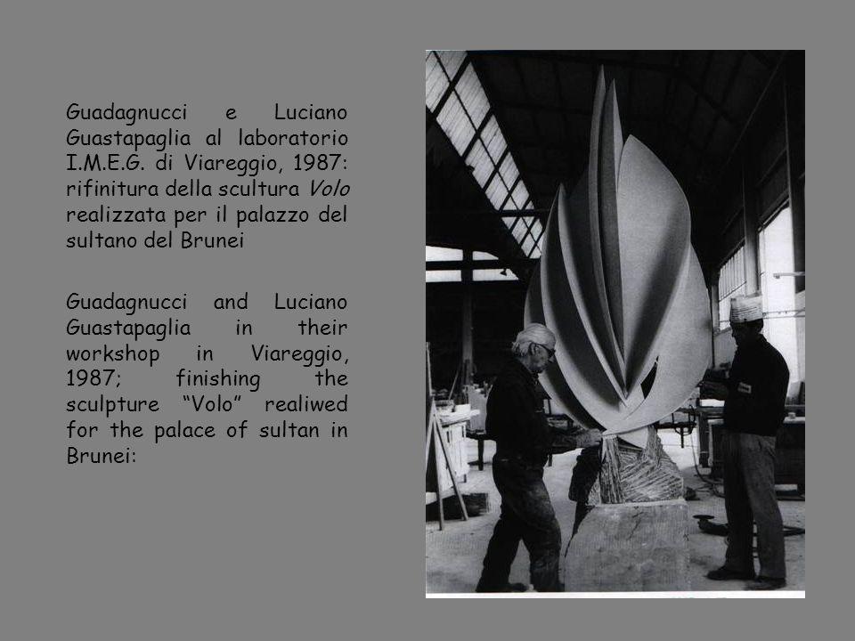 Guadagnucci e Luciano Guastapaglia al laboratorio I.M.E.G. di Viareggio, 1987: rifinitura della scultura Volo realizzata per il palazzo del sultano de