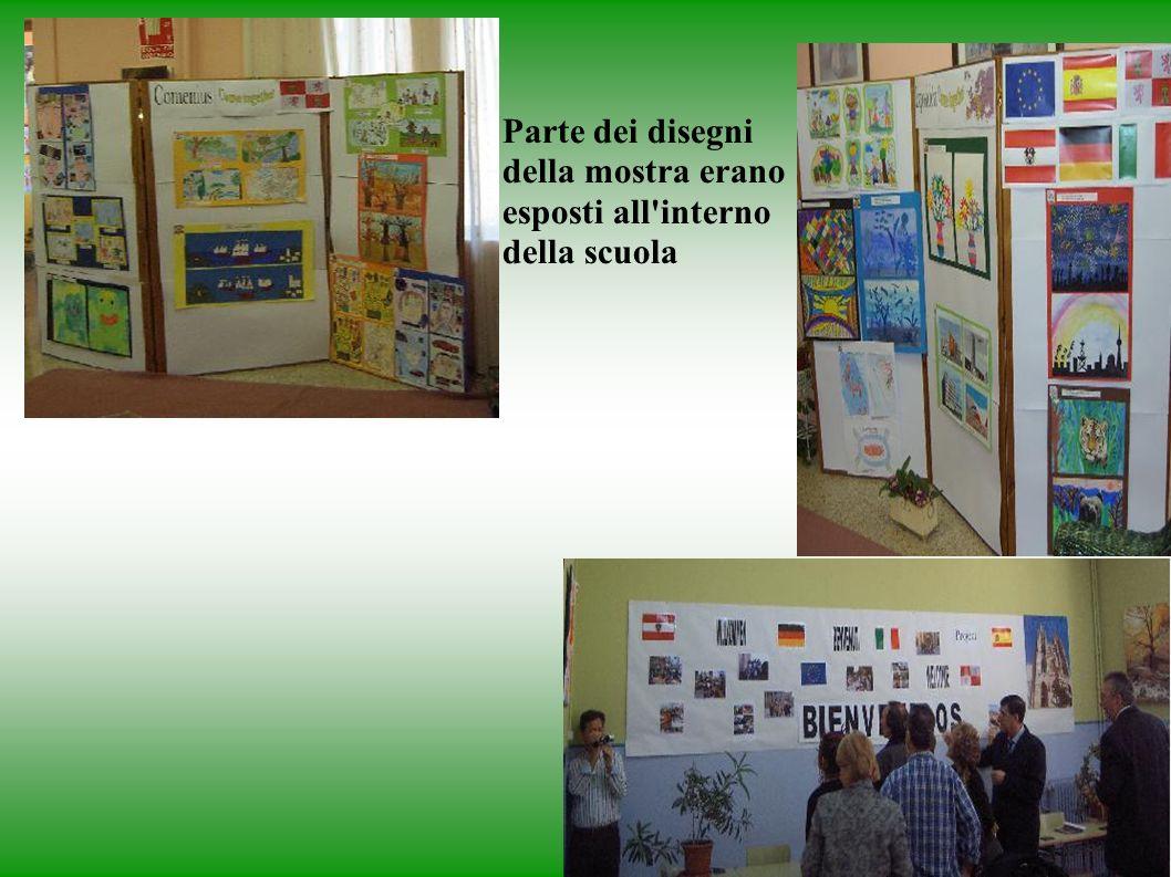 Parte dei disegni della mostra erano esposti all interno della scuola