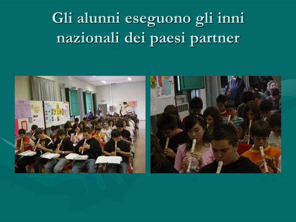 Gli alunni eseguono gli inni nazionali dei paesi partner
