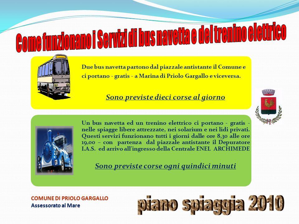 Due bus navetta partono dal piazzale antistante il Comune e ci portano - gratis - a Marina di Priolo Gargallo e viceversa.