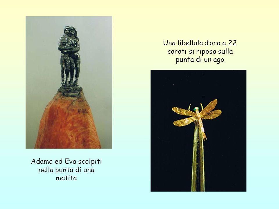 Adamo ed Eva scolpiti nella punta di una matita Una libellula doro a 22 carati si riposa sulla punta di un ago