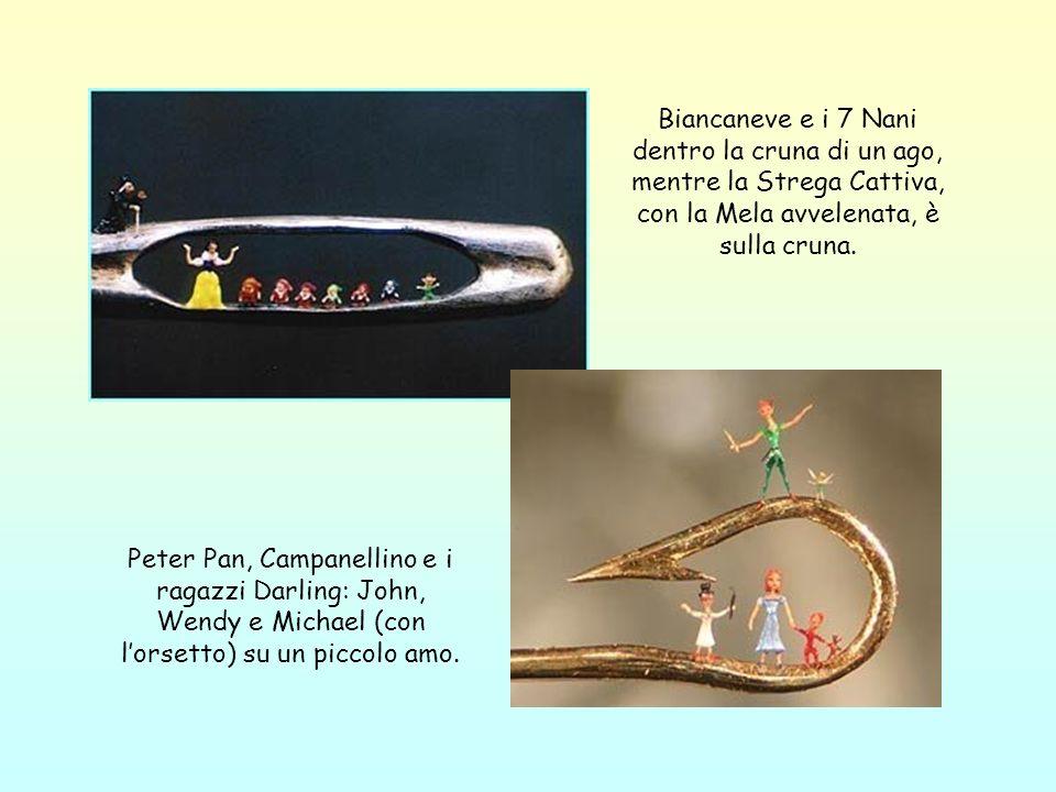 Biancaneve e i 7 Nani dentro la cruna di un ago, mentre la Strega Cattiva, con la Mela avvelenata, è sulla cruna. Peter Pan, Campanellino e i ragazzi