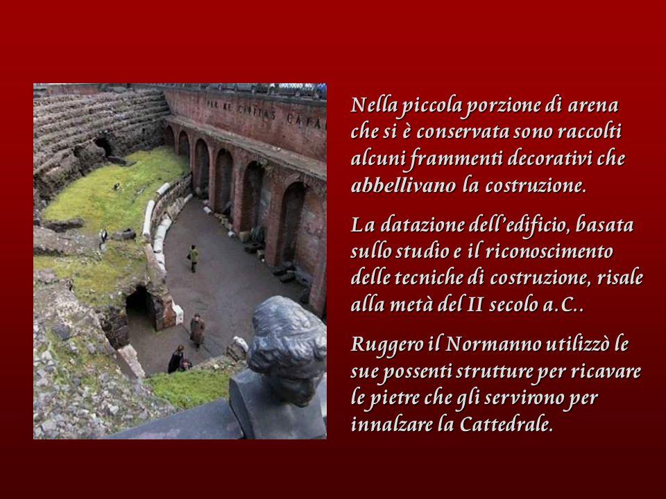 Nella piccola porzione di arena che si è conservata sono raccolti alcuni frammenti decorativi che abbellivano la costruzione. La datazione delledifici