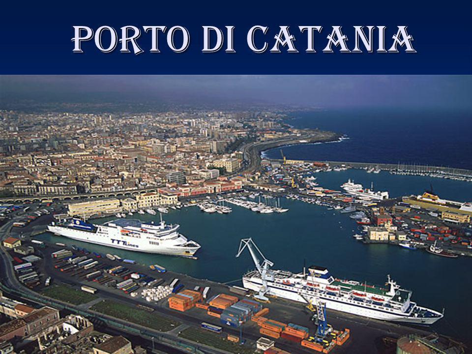 La Storia Il primo porto a Catania venne costruito su iniziativa del re Alfonso d Aragona, nel sito in cui era stato costruito, nel X secolo, il porto da parte dei saraceni.