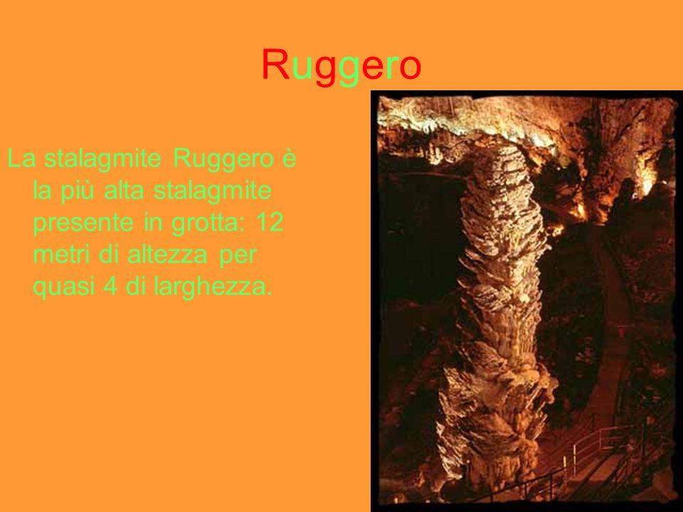 PalmaPalma La stalagmite Palma è delicata e sinnalza al centro della Grande Caverna.