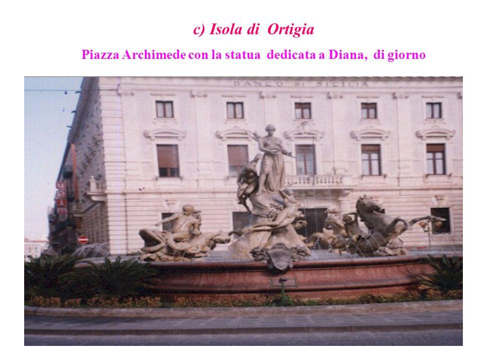 c) Isola di Ortigia Piazza Archimede con la statua dedicata a Diana, di giorno