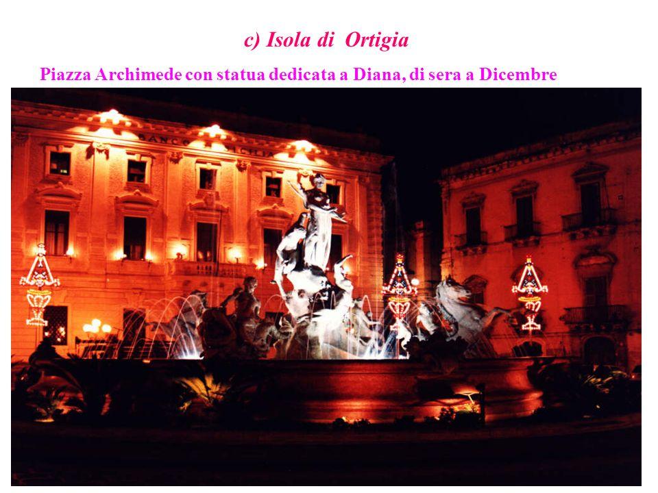 c) Isola di Ortigia Piazza Archimede con statua dedicata a Diana, di sera a Dicembre